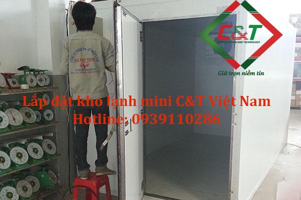 Nhân viên lắp đặt kho lạnh mini tại C&T Việt Nam